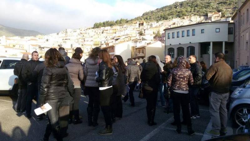 I commercianti davanti al Municipio