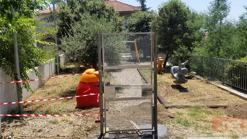 Il cancello nel parco giochi per bambini