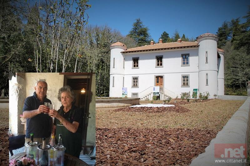 Mario Bussa e Giorgina Mameli. Sullo sfondo, Villa Piercy