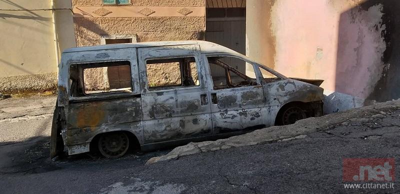 Il furgone bruciato Sabato notte