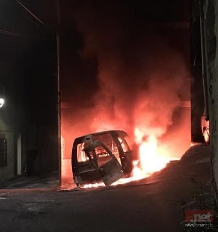 Il mezzo in fiamme nel centro di Bolotana
