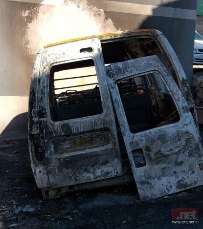 Il furgone distrutto dalle fiamme 2 settimane fa
