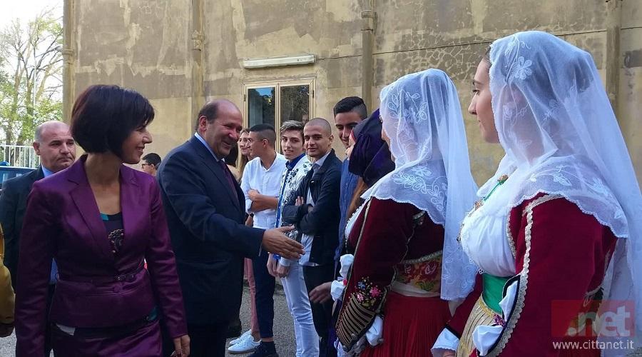 L'ambasciatore egiziano al suo arrivo al Liceo Galilei di Macomer