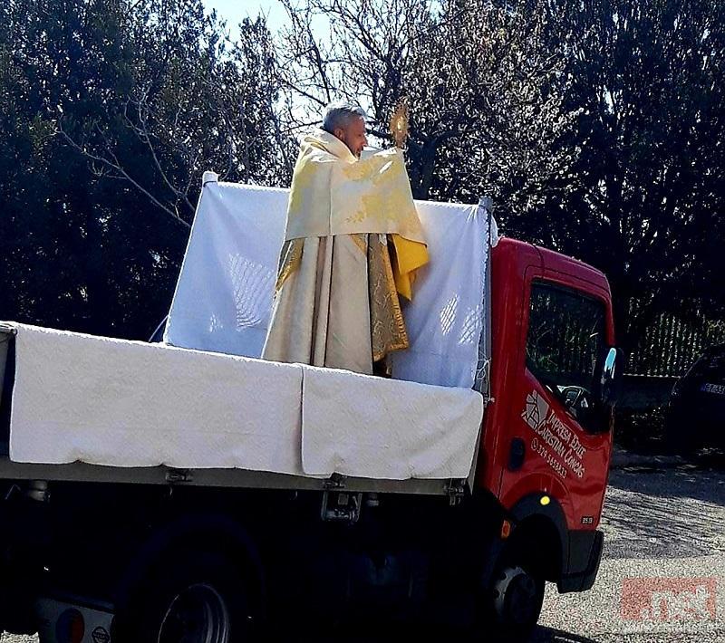 Don Calaresu durante la benedizione di questa mattina